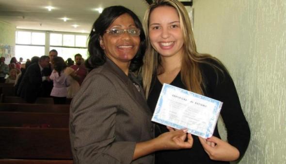 Mis Marlene entregando Certificado de Batismo  Hellen
