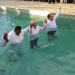 Batismo - Pastores orando para receber os batizando