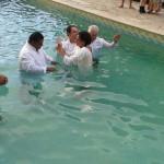 Pr. G. Miguel se preparando para o ato batismal